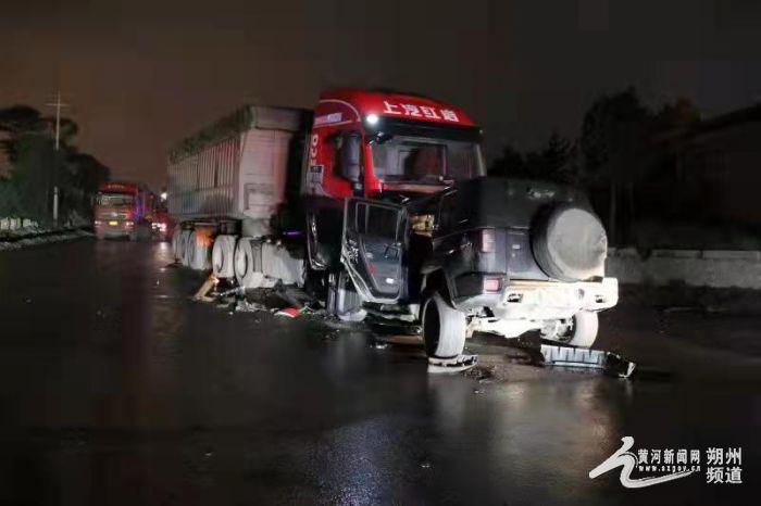 深夜醉驾与大货车相撞,车毁人亡